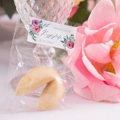 Chińskie ciasteczka z niepowtarzalnymi wróżbami w środku jako podziękowanie dla gości komunijnych. #ciasteczkozwróżbą #podziękowaniedlagości #komuniaświęta #prezentdlagości Place Cards, Place Card Holders, Products, Gadget