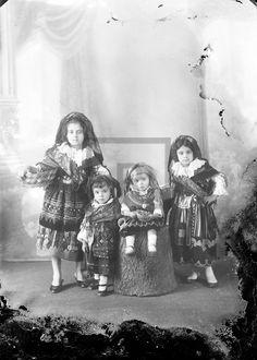Quatro crianças em estúdio fotográfico com trajes regionais, Décadas de 1910/1930 de Fotografia da Muralha PT/RMGMR/CFM 70 - Reimaginar Guimarães