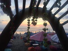 Kuta beach, Bali... Ekim 2017 rahatça yaslan arkana, al şarabını eline ve izle... yok böyle güzel bir gün batımı✨