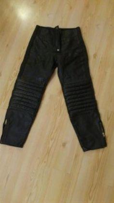 Leder, Farbe schwarz, gepolstert an den Knien, Größe 36-38, NVB 30 €.