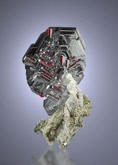 赤鉄鉱(Fe2O3)とルチル(TiO2) Hematite, Rutile, and Feldspar