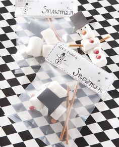Je vult een zakje met allerlei lekkernijen, en dan kan deze heerlijke sneeuwpop in elkaar gezet worden. Dat is nog eens creatief!   Flairathome.nl #FlairNL