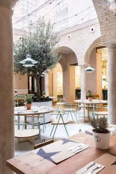 'El Pintón' in Sevilla by Lucas y Hernández-Gil Architects | Yellowtrace. Arching columns, white painted brick, courtyard dining, terrace