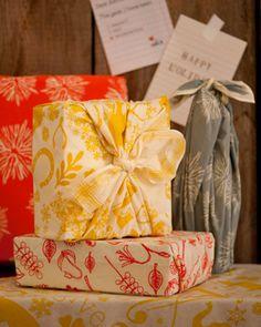 furoshiki gift wrapping using any kind of fabric Japanese Gift Wrapping, Japanese Gifts, Creative Gift Wrapping, Wrapping Ideas, Creative Gifts, Wrapping Presents, Japanese Style, Furoshiki, Diy Gifts