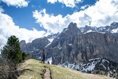 Katja blickt auf die Sellagruppe  #Grödnertal #ValGardena #Südtirol #Dolomiten #Italien Mount Rainier, Mount Everest, Mountains, Nature, Travel, Europe, Hiking, Italy, Viajes