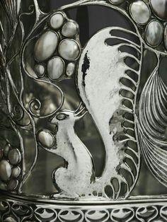 Vitrina Wittgenstein, 1908. Diseñada por Carl Oot Czeschka y realizada por la Wiener Werkstätte. Plata sólida con incrustaciones de piedra de luna, ópalo, lapislazuli, madreperla, perlas barrocas, ónix, marfil y esmalte; cristal, pino con enchapado de ébano. 168.28 x 60.96 x 32.07 cm, aprox. 91 kg (Museo de Arte de Dallas, EUA).