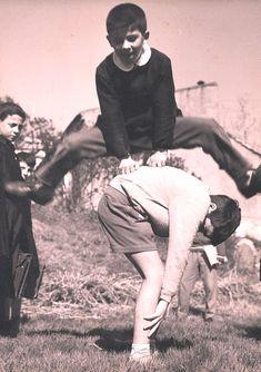 Uno 'a luna... (il salto della cavallina) - Libero Ricercatore Emotional Photography, Children Photography, My Childhood Memories, Best Memories, Vintage Photographs, Vintage Photos, Foto Madrid, Vintage School, Historical Pictures