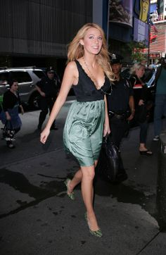blake-lively-at-mtv-studios-for-mtvs-trl-in-new-york-city-20