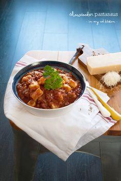 Een slowcooker is erg geschikt om de allerlekkerste pastasaus mee te maken. Je hoeft er zelf weinig voor te doen, de saus wordt heerlijk langzaam gekookt.