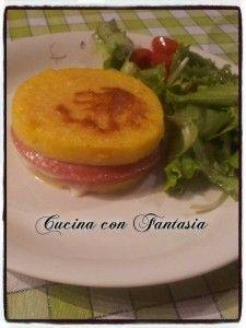 Un piatto unico gustoso, polenta, mozzarella e mortadella