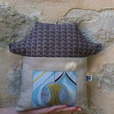 Coussin de décoration pagode en lin naturel et coton bio, rembourrage coton bio http://kumoandfriends.alittlemarket.com/