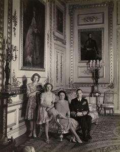 Photograph of, from left to right, Princess Elizabeth, later Queen Elizabeth II Princess Margaret Queen Elizabeth, later Queen Elizabeth The Queen Mother and King George VI George Vi, Casa Real, Hm The Queen, Queen Mary, Kate Middleton, Lady Elizabeth, Estilo Real, Isabel Ii, Queen Of England