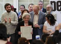 """Writer Elena Poniatowska, who has chronicled governmental human rights abuses in Mexico for 50 years, received the PEN México award, Feb 22, 2015. """"If we permit what happened to those already gone, when will we start to fight for those yet to come?"""" she asked. """"Si ya permitimos lo que le pasó a los que ya se fueron, ¿cuándo vamos a empezar a pelear por los que vendrán?"""" More strong words from PEN Int'l president others, at site. - Foto: Marco Peláez, La Jornada."""