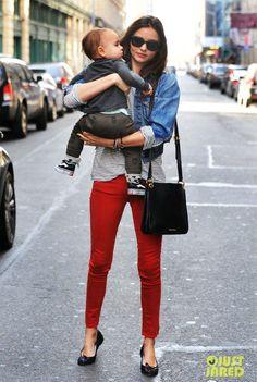 calça vermelha, blusa listras, jaqueta jeans, bag preta via: www.thefashionhall.com.br/2012/05/repeteco-com-miranda-kerr.html#