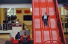 A empresa do Youtube tem um escorregador gigante no lugar das escadas.