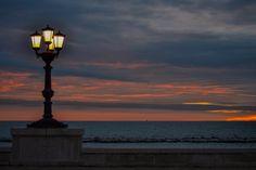 Lungomare Lampione illuminato all'alba - Ph. Alessandro Bavaro