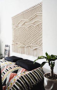 decoração de quarto de casal com apontamentos de macramê