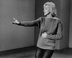 Image - 1960   Quand Marilyn répète la fameuse chorégraphie où elle chante,  vêtue d un collant et d un pull mauve, la fameuse chanson