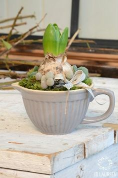 40 Brilliant Ways to Repurposing or Reusing Broken Dishes (Crockery) At Home Deco Floral, Arte Floral, Mug Crafts, Garden Bulbs, Easter Flowers, Spring Bulbs, Bulb Flowers, Flower Decorations, Garden Art
