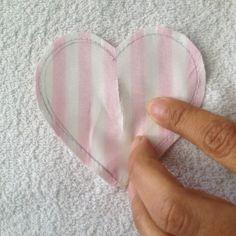 Acompanhe o passo à passo de como fazer uma guirlanda para porta de tecidos de corações.