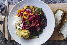 Vårsallad: rivna rödbetor, morötter, bladspenat, quinoa mm