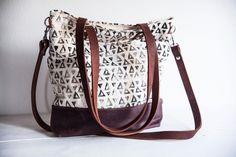 Perfekte Größe für den Shoppingtrip: Umhängetasche mit Dreieckdruck // shopping bag with triangles via DaWanda.com