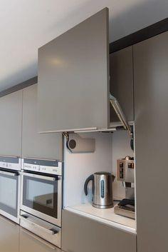 Для кухни. Уголочек для чаепития. Закрывающаяся ниша в шкафу для кофеварки и чайника.
