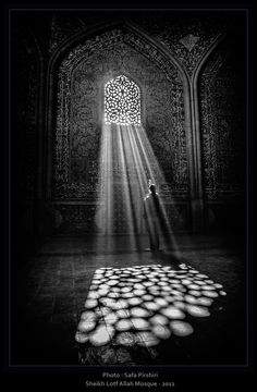 A stunnIng effect is created as light streams through a window screen at the Sheykh Lotf Allah Mosque.