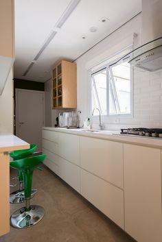 Cozinha em laminado melamínico branco e lamina natural de madeira freijo
