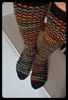 Sohvaneulomo: Polvisukat sateenkaaren väreissä Wool Socks, My Socks, Knee Socks, Crochet Socks, Knitting Socks, Knit Crochet, Crochet Stocking, Knit Basket, Patterned Socks