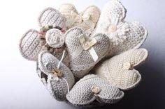 Návod na háčkované vintage srdce 67 Hanging Hearts, Burlap Wreath, Felt, Wreaths, Christmas Ornaments, Knitting, Handmade, Instagram, Presents