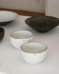 Simple white spotted ceramic cups / by Tetsuya Yamamoto Ceramic Tableware, Ceramic Plates, Ceramic Pottery, Ceramic Art, Pottery Pots, Thrown Pottery, Slab Pottery, Kitchenware, Japanese Ceramics
