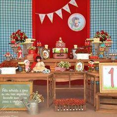 Adorei essa festinha Chapeuzinho Vermelho, muito linda! Painel fofo e adoro os detalhes como a janela na frente da mesa. Por @atelierfestejar ❤️ #kikidsparty #kikidschapeuzinho #festachapeuzinhovermelho