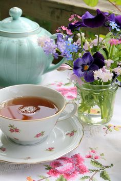Ana Rosa n a cuppa Vintage Tea, Coffee Time, Tea Time, Coffee Cup, Café Chocolate, Pause Café, Cuppa Tea, Deco Floral, Fun Cup