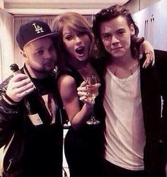 See, they're friends. You could say, there is no bad blood between them. And now, Directioners and Swifties can try to get along better now, knowing that they are getting along themselves. :)<<<< Is this photoshopped? Harry Taylor, Bae, Wattpad, Bad Blood, Harry Edward Styles, Harry Styles Drunk, 1d And 5sos, Taylor Alison Swift, Favim