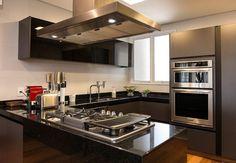 Bancada em granito preto para cozinha com móveis grafite