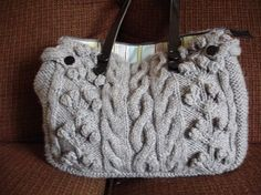Fuente: http://www.instructables.com/id/Julies-knit-purse/