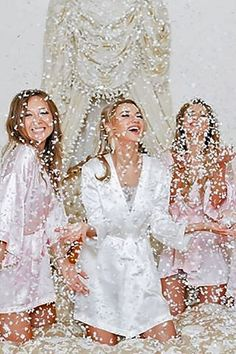 Getting ready wedding photos with your bridesmaids 10 / http://www.deerpearlflowers.com/getting-ready-wedding-photography-ideas/