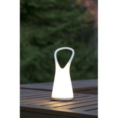 Boo est une lampe ergonomique et portable au design léger et sympathique. Elle est taillée pour l'extérieur, mais convient également parfaitement pour l'intérieur. Ce luminaire convient parfaitement comme veilleuse pour les enfants.