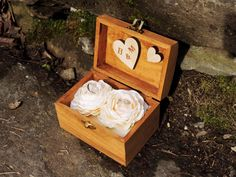 Květinová krabička na prstýnky. Znáte ten pocit, že se vám něco tak líbí, že to musíte mít? A přesně tak se mi v obchodě líbily květiny, které zdobí vnitřek krabičky na prstýnky. Přímo jsem je viděla jako součást svatebních dekorací. Ta představa,...