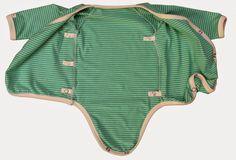 Lillasyster behöver många ombyten har vi märkt, så nu har jag börjat producera lite kläder i nästa storlek. Omlottbodys är praktiska om det ...