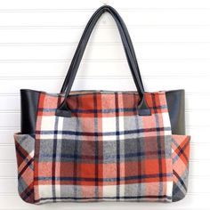 Plaid Flannel Fall Tote Bag - Sewing Tutorial This plaid flannel fall tote bag has a modern classic look that's the perfect accent for any fall outfit. Use my tutorial to sew your own from plaid flannel and faux leather! Includes step-by-step photos and Sewing Hacks, Sewing Tutorials, Sewing Tips, Tote Bag Tutorials, Bags Sewing, Sewing Ideas, Ropa Upcycling, Pochette Diy, Leftover Fabric