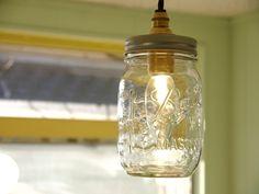 瓶らしさを残したボトルペンダントライト。レトロな雰囲気が良いですね。