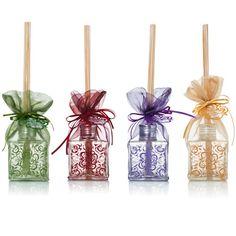 Difusores de Aromas - 140ml – Com seu moderno formato quadrado de faces decoradas, o difusor de aromas Premium dá o toque de bom gosto que complementa a decoração de qualquer ambiente. Embalado em fino tecido importado, é um ótimo presente para qualquer ocasião.