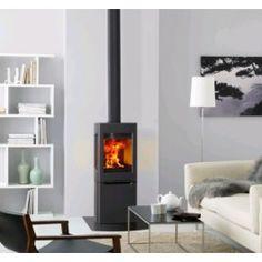 De #Jotul F 165 is een kleine #houtkachel met een nieuwe en unieke uitstraling wat is ontworpen door designstudio. Dankzij de grootte vorm kan de #kachel eenvoudig tegen een rechte muur en in een hoek worden geplaatst. De zijramen bieden een fantastisch zicht op het vlammenspel. #Fireplace #Fireplaces #houthaard