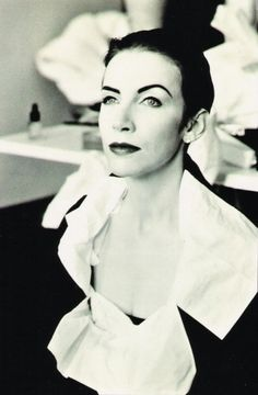 See Annie Lennox pictures, photo shoots, and listen online to the latest music. Annie Lennox, Divas, Musica Pop, Stoner Rock, New Wave, Women In Music, Music Icon, Richard Avedon, Cecil Beaton