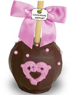 Manzana envuelta de caramelo con capa de chocolate semiamargo, decorada con corazón de chocolate color rosa y perlas de azúcar.
