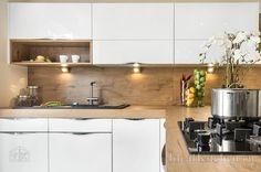 стеновые панели из шпона на фартуке кухни