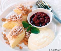 Gekochter Grießstrudel mit Kirschragout und Vanilleschaum