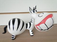 Zebra de cabaça, moldada com cabaça e biscuit <br>Feita sob encomenda! <br> <br>Por se tratar de um produto natural como a cabaça, os formatos e tamanhos poderão sofrer variações de até 2cm em sua altura e largura. Tais variações irão conferir exclusividade à peça, pois nenhuma será igual a outra.